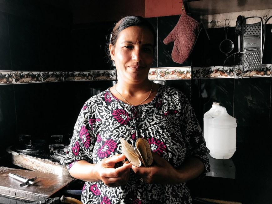 Mujer nepalí cocinando Dal Bhat en el Sarangkot, Nepal