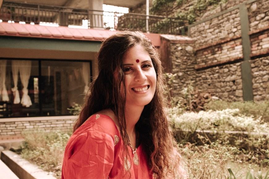 Anna vistiendo un kurtha en el Sarangkot, Nepal