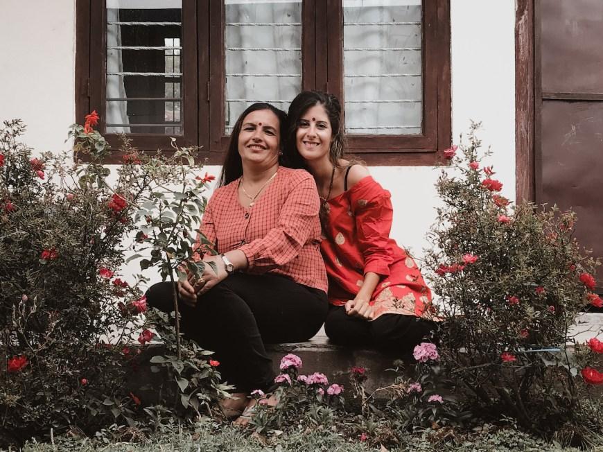 Anna vistiendo un kurtha junto a mujer nepalí en el Sarangkot, Nepal