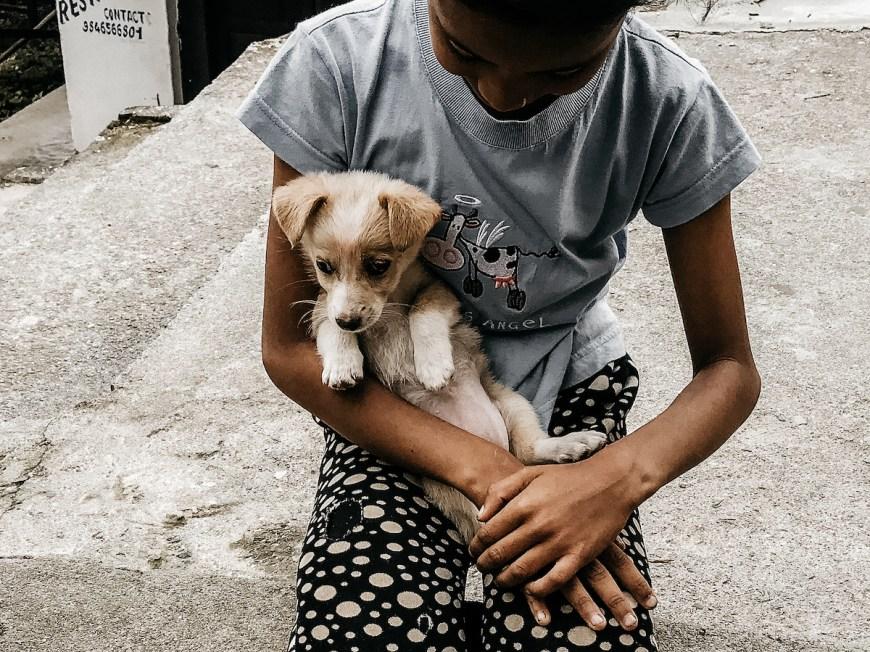 Niña y perrito en el Sarangkot, Nepal