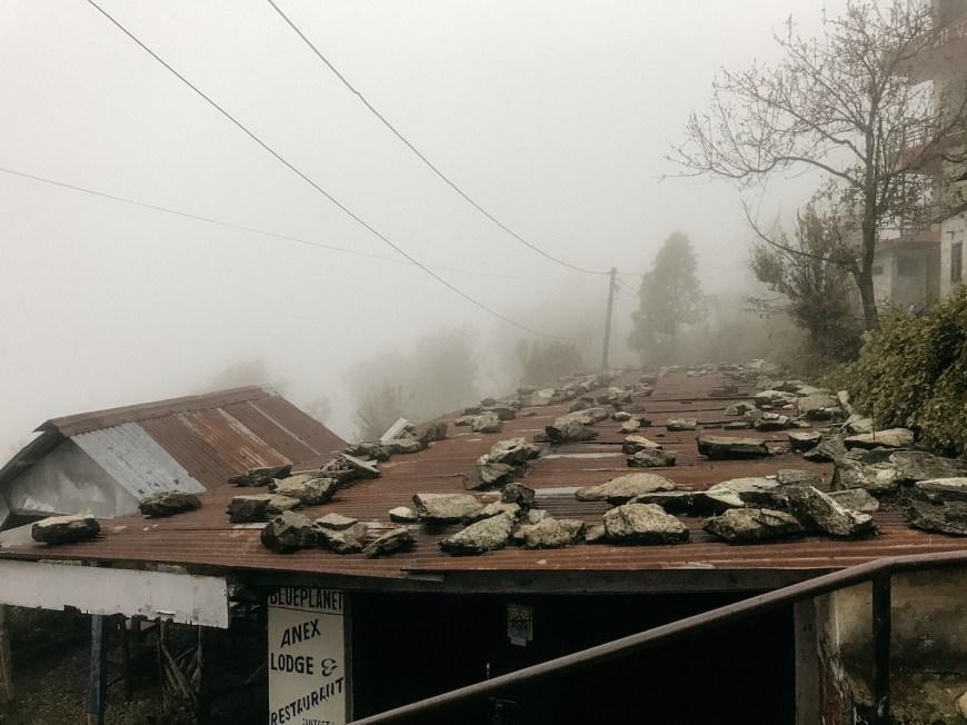 Chabola en el Sarangkot durante una fuerte tormenta, Nepal