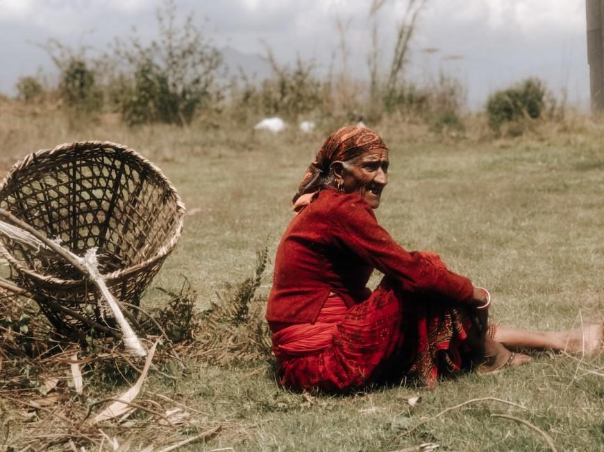 Campesina descansando en el Sarangkot, Nepal