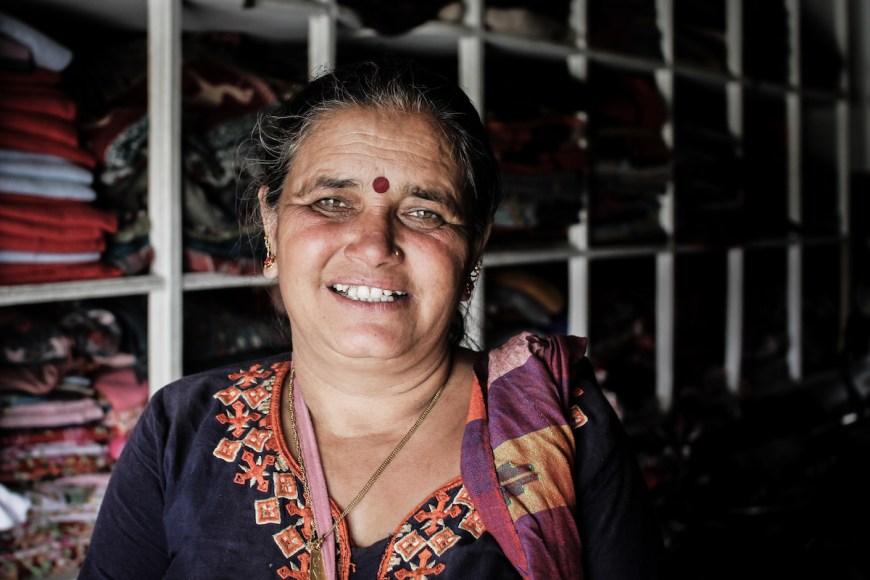Mujer nepalí en su tienda-taller de ropa en el Sarangkot, Nepal