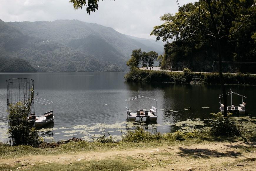 Lago Fewa visto des de la orilla en Pokhara, Nepal