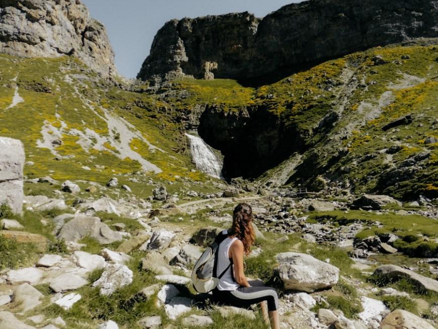 Anna con cascada Cola de Caballo al fondo en Ordesa, Huesca