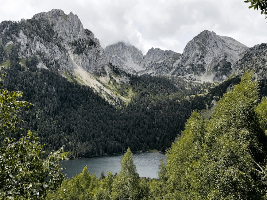 estany de sant maurici entre montañas en el parc d'aiguestortes i l'estany de sant maurici