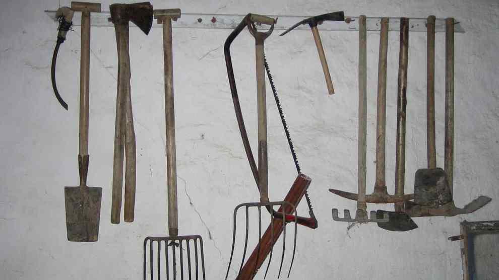Aperos (herramientas) agrícolas: hoz, pala, hachas, horcas, sierra, zuela o hachazada, rastrillo, pico, azadas.