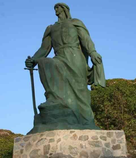 Estatua de Abderramán I en Almuñécar (Wikimedia)