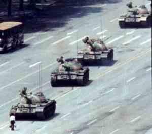 """""""El hombre del tanque"""" o """"el rebelde desconocido"""", nombre con el que se conoció a este manifestante anónimo."""