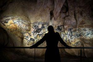 Una visitante observa la réplica de la cueva de Chauvet, en Francia (Fuente: Diario El País)