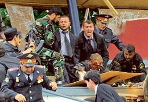 Momento del asesinato de Ajmat Kadyrov en 2004. Kadyrov fue un importante líder checheno que se acogió a la amnistía ofrecida por Putin. Actualmente su hijo gobierna la región.