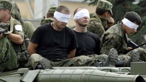 Soldados georgianos prisioneros del ejército ruso durante la guerra de 2008.