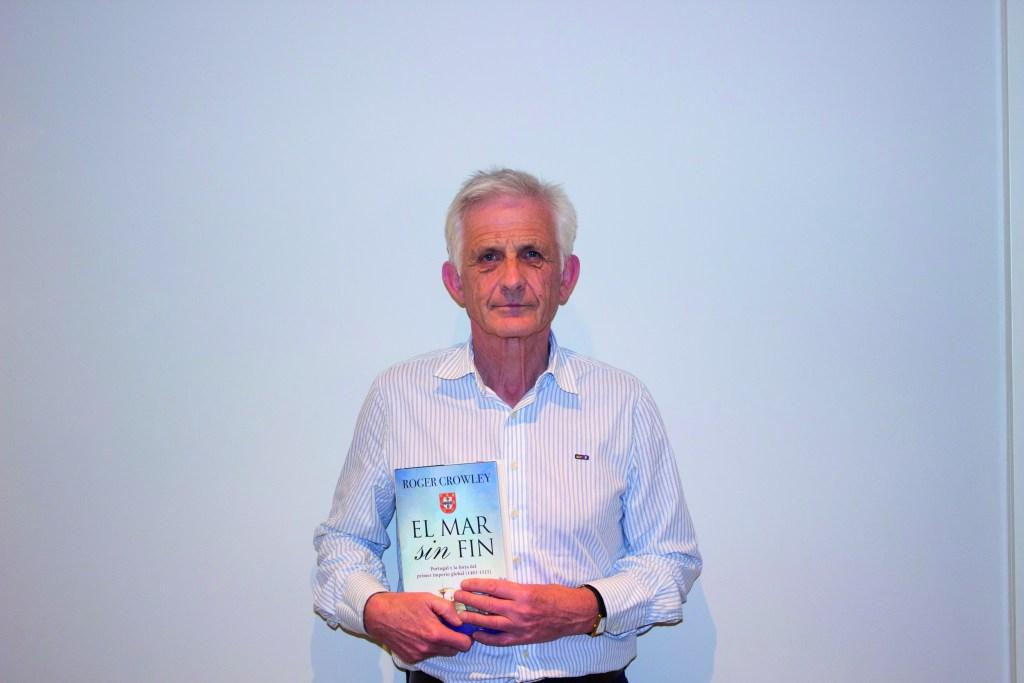 Roger Crowley sostiene El mar sin fin, una de sus últimas publicaciones (Fotografía cedida por Ático de los Libros).