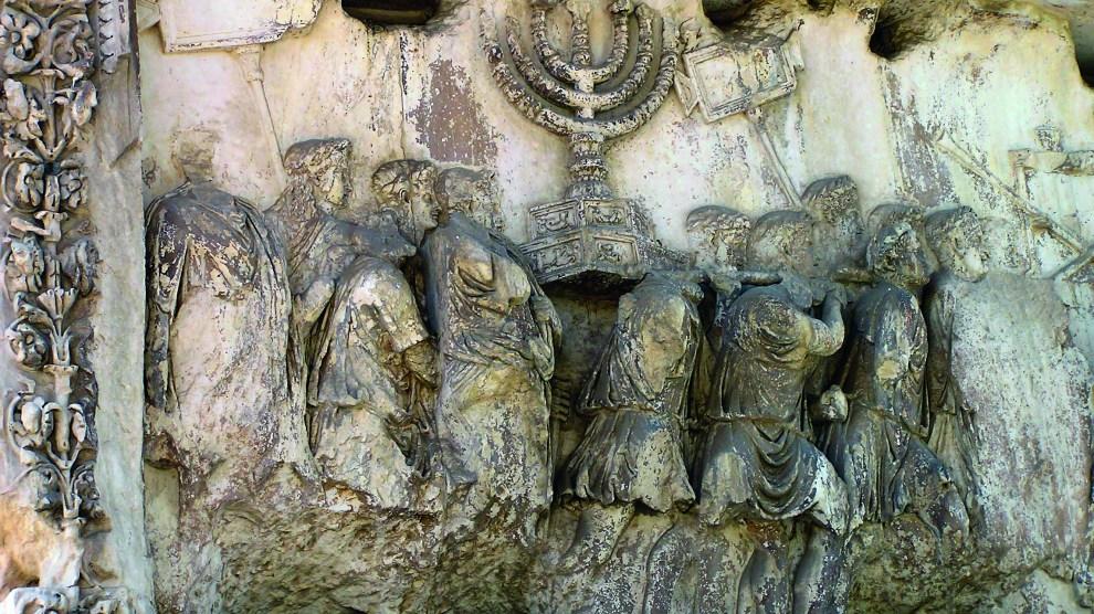 Detalle del Arco de Tito que muestra varios tesoros robados del Templo de Jerusalén (Wikimedia).