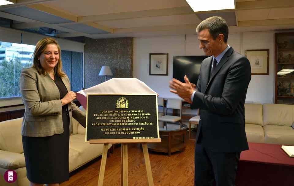 Silvia Giorguli y Pedro Sánchez relevan una placa conmemorativa   El Colegio de México.