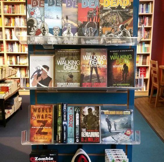 Estantería repleta de obras dedicadas al mundo zombie en Porter Square Books.