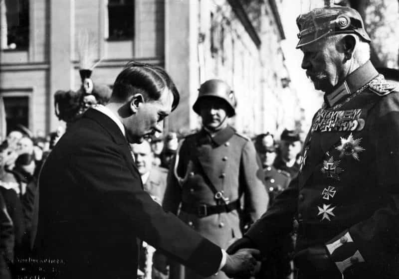 Hitler ante Hindenburg, al inaugurar el nuevo Parlamento, 21 de marzo de 1933.