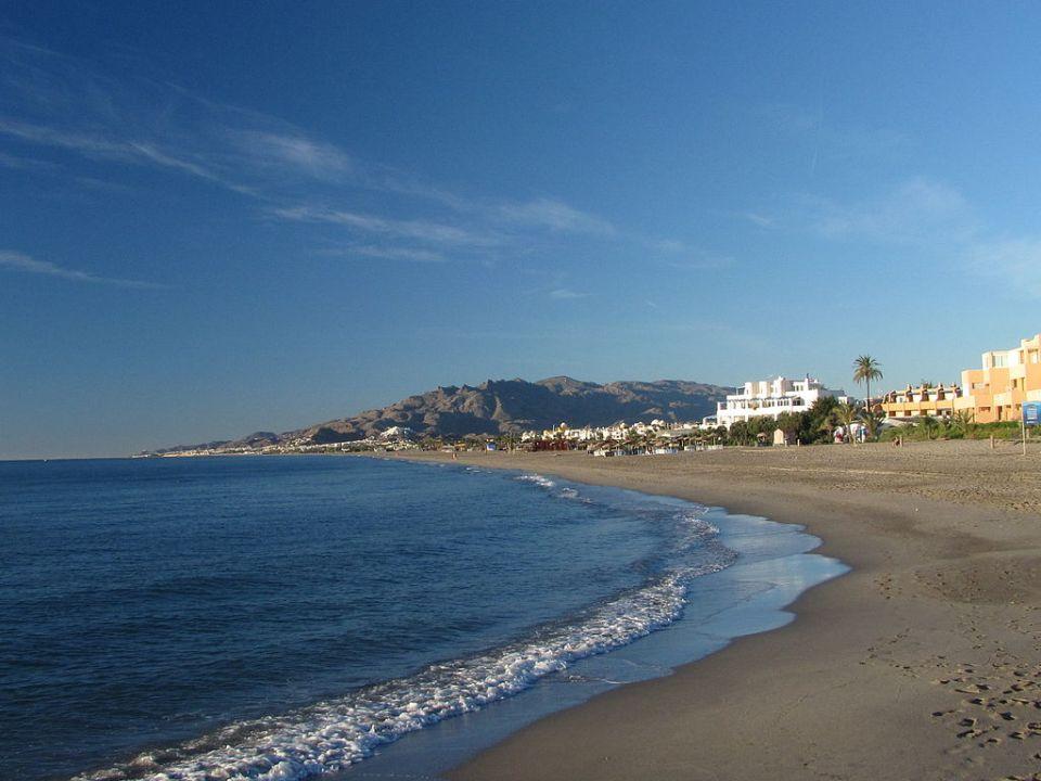 Turismo de sol y playa en el litoral. Vera (Almería) (WIkimedia)