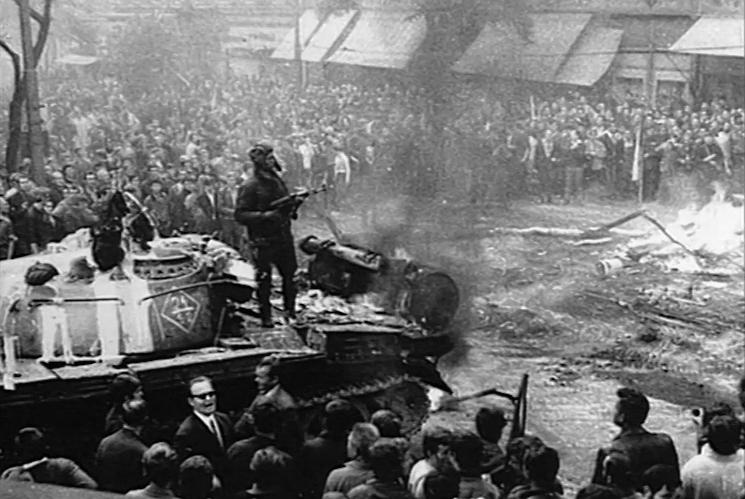 Manifestantes frente a los tanques soviéticos en Praga. 1968