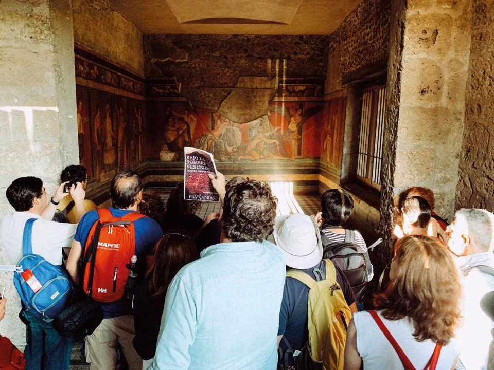 Villa de los Misterios de Pompeya en octubre 2019. Fernando Alonso, arqueólogo de Pausanias, explicando al grupo.