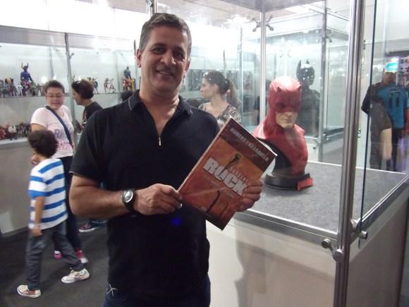 Marcelo escreveu, ao enviar a foto: nessa foto eu já estou usando o IC e agora eu posso sair e conversar mesmo entre as pessoas. Ele é incrivelmente inivísivel na cabeça, estou muito feliz e agora participando das conversas com amigos, nessa foto estou numa feira de história em quadrinhos que aconteceu em São Paulo.