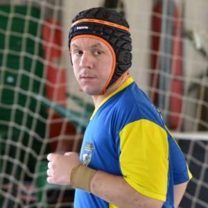 Marcelo de Paula, usando um capacete de rugby adaptado para proteger o IC