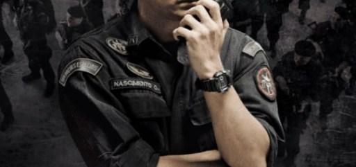 Imagem do cartaz do filme, com o Capitão Nascimento (o ator Wagner Moura) com uniforme do BOPE, preto, falando num walktalk. Em segundo plano, vê-se a tropa do BOPE, mas quase imperceptivel. O cartaz é praticamente todo preto e cinza. Na parte inferior do cartaz, lê-se Tropa de Elite 2