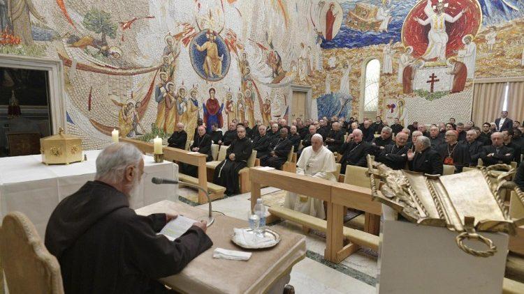 El padre Cantalamessa durante un retiro. Foto: Vatican Media.
