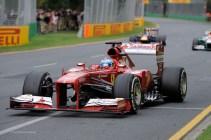 Fernando Alonso tras adelantar a Vettel y Sutil en boxes