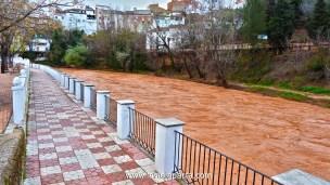 """En épocas de lluvias el Río Guadalimar arrastra la tierra bermeja de la Sierra de Segura, de ahí que los árabes lo conocieran con el nombre de Río Rojo, """"wad al-ihmar"""" de donde deriva su nombre, o """"Río Colorao"""" como es llamado en la zona."""