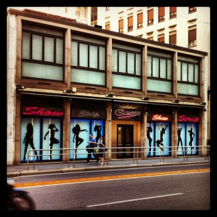 Encontrarse un Stripclub paseando por una calle cualquiera de Milán