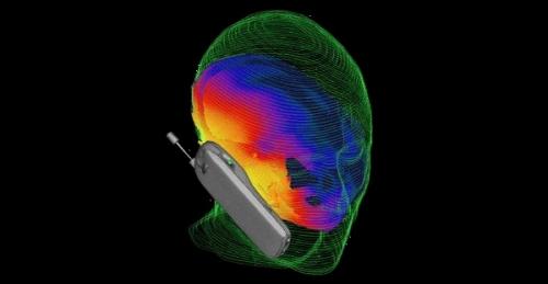 Los dispositivos que dejan libres las manos reducen el grado de exposición de la energía de radiofrecuencia a la cabeza porque la antena, la cual es la fuente de energía, no se pone cerca de la cabeza