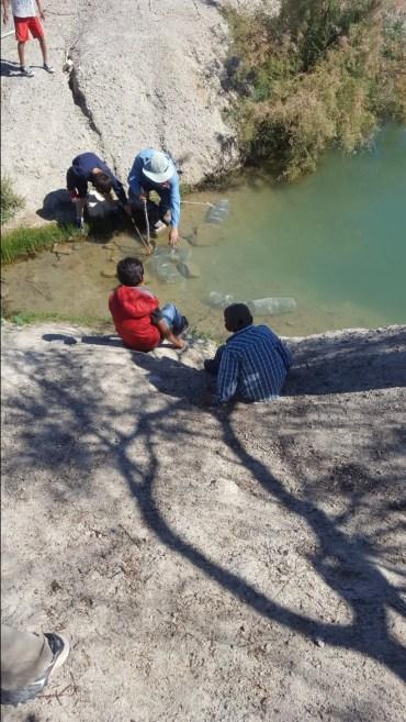Diego García Miranda helps students set their traps in the Quitovac Oasis. Photo: ASDM/Catherine Bartlett