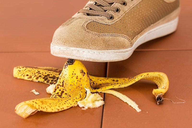 Zapatilla a punto de pisar cáscara de plátano