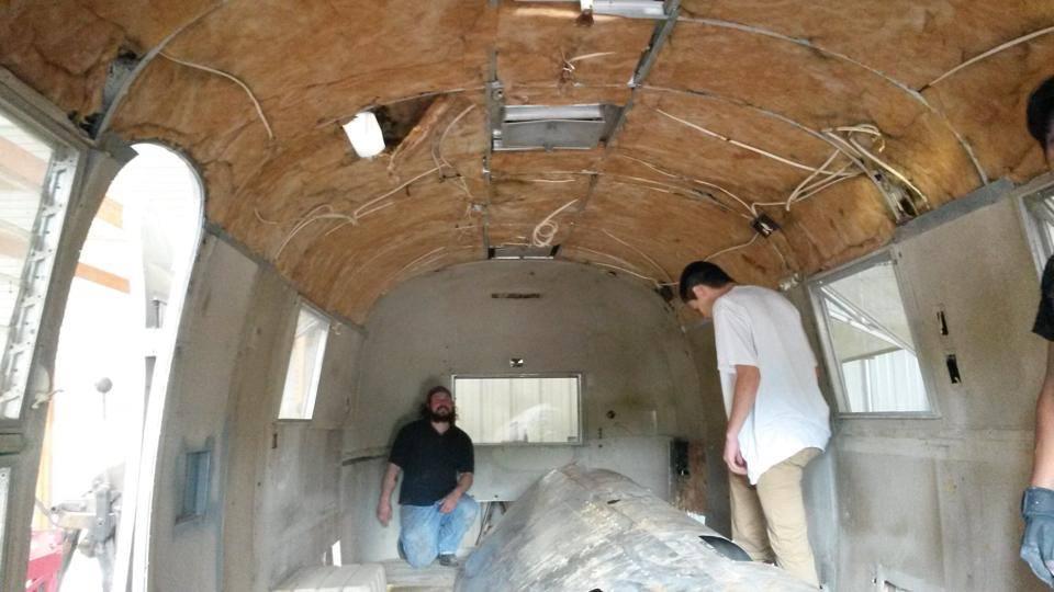 Il transforme une vieille caravane en salon de coiffure
