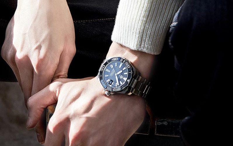 Pánská ruka s hodinkami tag heurer