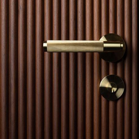 4.-Door-Handle_Brass_lifestyle-2