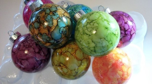 22 AMAZING alcohol ink projects you should try! Art work, Painting, ceramics, jewelry, ornaments and so many more. #alcoholink
