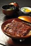 三島のうなぎ屋では、調理の前にこの富士の伏流水に鰻をさらすことにより、うなぎの持っている生臭さや泥臭さを消して、栄養素であるたんぱく質を減少させることなく、余分な脂肪分だけを燃焼させているため、おいしさが際立つそうです。