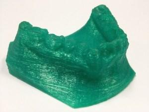 Molde de arcada dentária 'impresso' na máquina criada na incubadora de empresas da PUCRS. O equipamento constrói objetos a partir da sobreposição de finas camadas de termoplástico. (foto: Bruno Todeschini/ PUCRS)