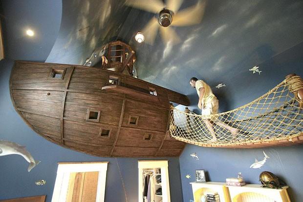 Quarto infantil com barco pirata no teto