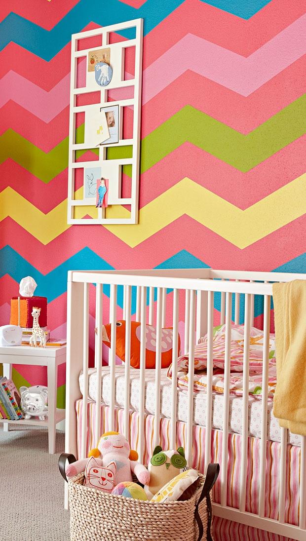 Quarto infantil com parede de estampa Chevron