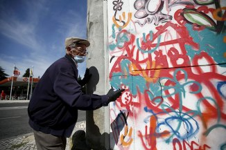 elderly-paint-graffiti-lisbon-lata-65-14