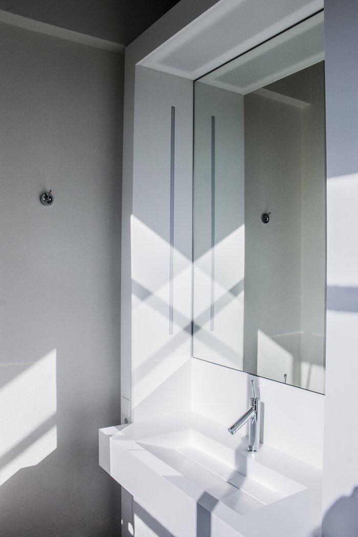 Casa de banho com duche / Bauhaus Desau, Foto: Yakob Willmington-Lu