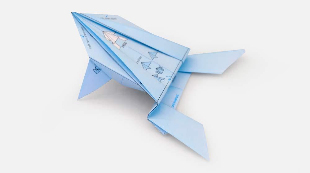 Origami de sapo criado com o papel de embrulho da ILOVEHANDLES