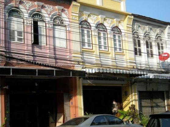 Facades colorées dans les rues de Pukhet Town.