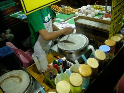Crèpes au marché de nuit de Petchburi