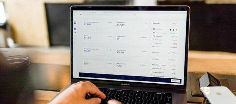 Финансовая информация отображается на экране компьютера.