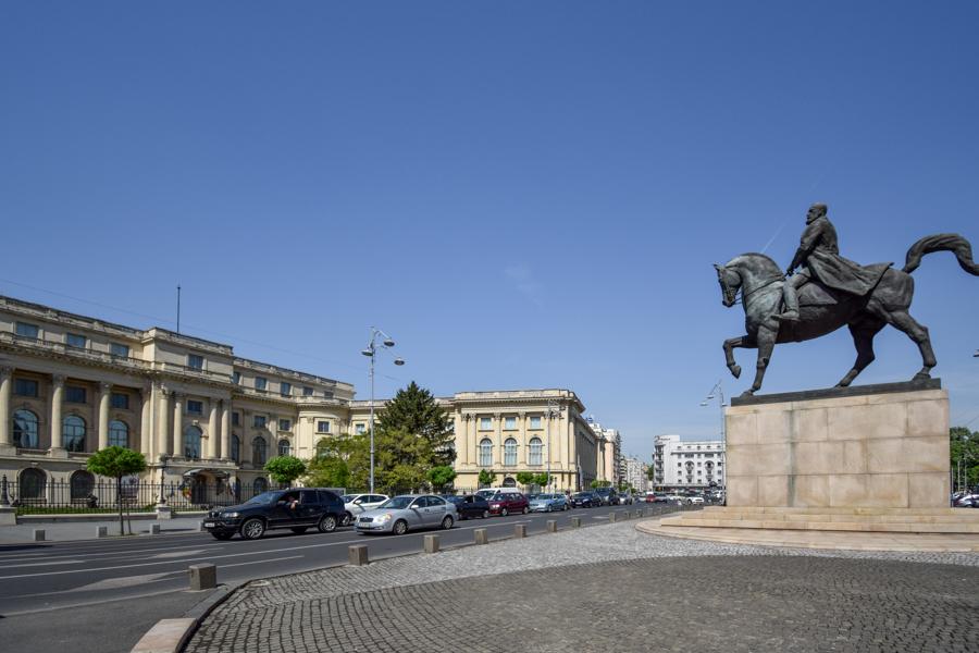 La pas pe Calea Victoriei - obiective în București - Piața Revoluției