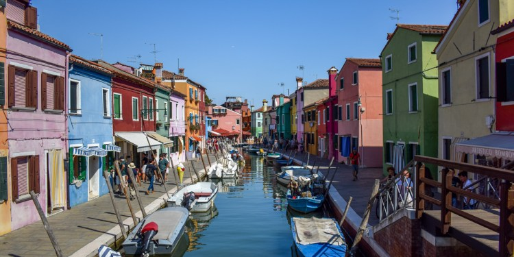 Insulița Burano în 20 de fotografii hiper-colorate